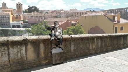 Polémica por escultura de diablo que se toma una 'selfie' junto a un antiguo acueducto romano [FOTOS]