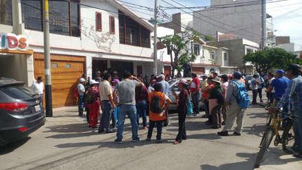 Obreros de limpieza pública protestan en casa del papá del Alcalde de Chiclayo