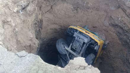 Chofer queda herido al hundirse un camión en un profundo forado en Otuzco