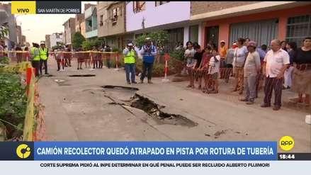 Camión de basura se hunde en pista por rotura de tubería en San Martín de Porres