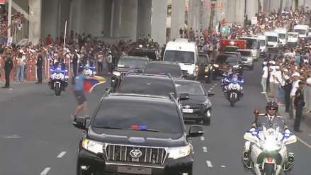 Hombre con bandera de Venezuela intentó acercarse al auto del papa Francisco en pleno recorrido [VIDEO]