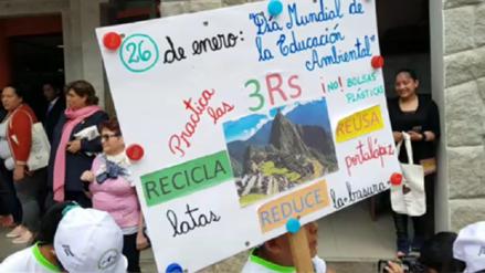 Turistas reciben bolsas de tela a cambio de envases de plástico en Machu Picchu