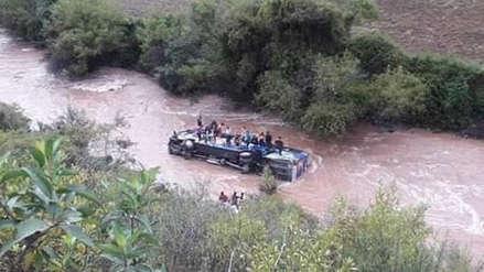 Un bus con decenas de pasajeros cae al río Huallaga  [VIDEO]