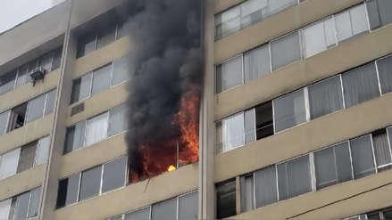 Un muerto deja incendio en edificio en Miraflores