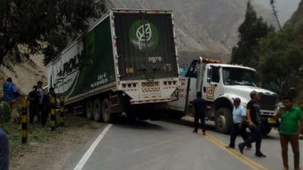 Choque entre cisterna y tráiler bloqueó la Carretera Central
