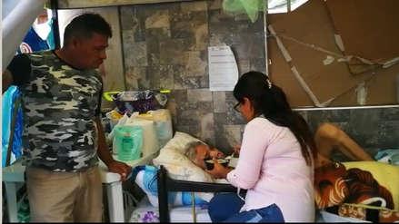 Mira cómo los vecinos atienden a un abogado enfermo en la vía pública en Trujillo