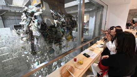 Un bar con una vista a la basura para crear conciencia sobre la contaminación [FOTOS]