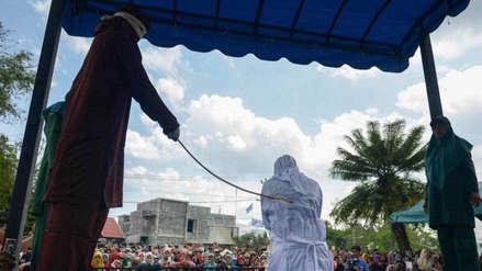 Joven pareja flagelada en Indonesia por besarse en público