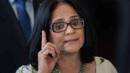 Ministra de la Mujer de Jair Bolsonaro es acusada de llevarse ilegalmente a una niña de una tribu indígena