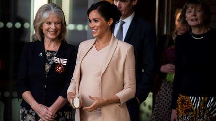Meghan Markle luce su avanzado embarazo en su visita el Teatro Nacional de Reino Unido