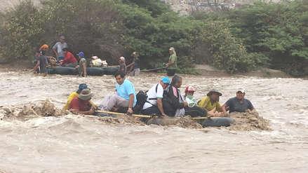 Pasajeros cruzan en balsas la Panamericana Sur tras desborde de río en Arequipa [FOTOS y VIDEO]
