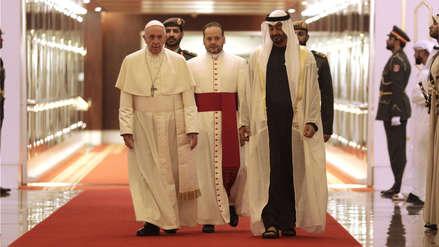 El papa Francisco llegó a Emiratos Árabes Unidos con un mensaje de paz en una vista histórica