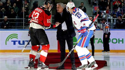 José Mourinho se vuelve viral por una bochornosa caída en un partido de hockey sobre hielo