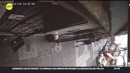 Este es el momento exacto en que avioneta de la FAP cae sobre la avenida Surco