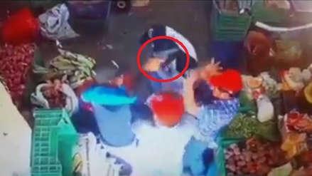 Cámaras captan el momento en que delincuentes armados irrumpen en mercado y asaltan a comerciantes