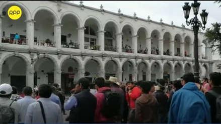 Arequipa | Cinco barristas de la U. de Chile fueron detenidos tras enfrentamientos por pintas en la Plaza de Armas