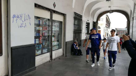 Hinchas de la U de Chile hacen pintas en Plaza de Arequipa
