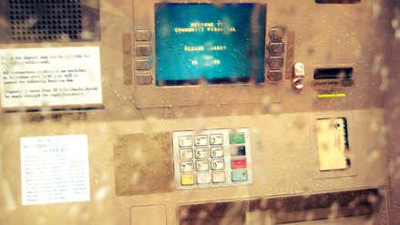 Empleado de un banco encontró un error que le permitió retirar US$ 1 millón de cajeros automáticos
