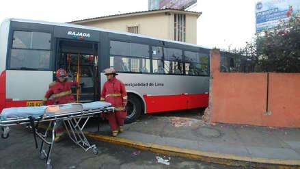 Bus del Corredor Rojo se despistó y se estrelló contra una iglesia en Pueblo Libre