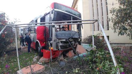 Resultado de imagen para Bus del Corredor Rojo se despistó y se estrelló contra una iglesia