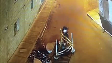 Un hombre cayó a un buzón destapado mientras caminaba viendo su celular
