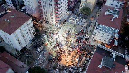 El derrumbe de un edificio en Estambul dejó varias personas sepultadas [FOTOS]