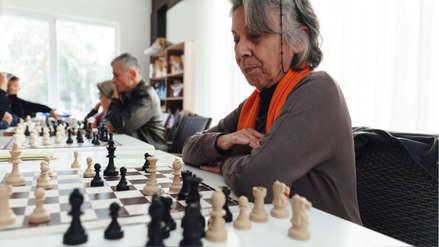 Una mayor actividad intelectual solo retrasa la demencia en su etapa inicial, afirma estudio