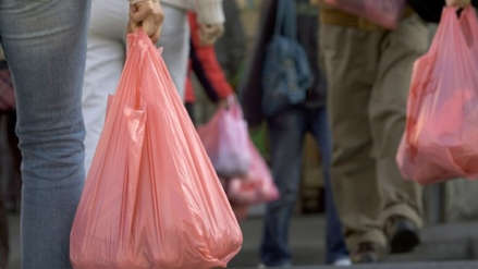 Chile pone en vigencia la prohibición total del uso de bolsas plásticas en  supermercados y grandes 9d1cde2237a5