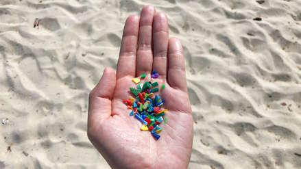 Una persona puede ingerir hasta 121 mil partículas de microplástico al año