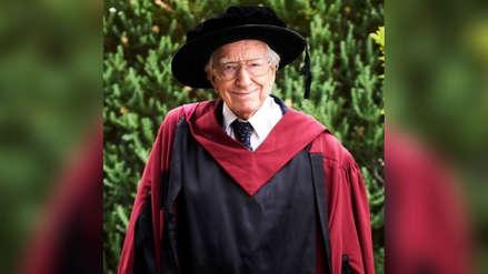 Un hombre de 94 años logró graduarse como doctor en Australia