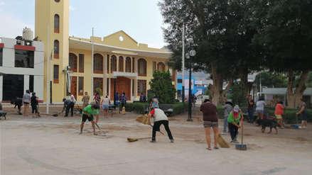 Arequipa: Vecinos del distrito de Aplao colaboran en labores de limpieza de la plaza tras desastre
