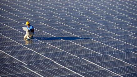 La mitad de Lima o Santiago: ese es el espacio que ocupa la planta de energía solar más grande del mundo