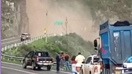 Video | Catarata interrumpe carretera de acceso a la sierra de La Libertad