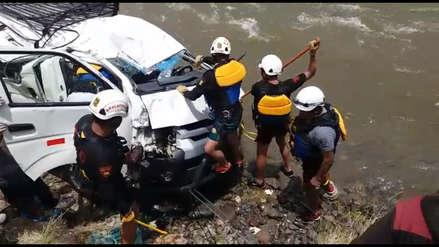 Al menos cuatro muertos y 10 desaparecidos tras caída de miniván a río en Chumbivilcas