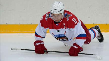 Las 8 fotos que muestran a Putin jugando hockey a pesar de tener una lesión en el dedo
