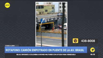 Un camión quedó empotrado en la parte inferior del puente Pershing