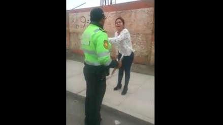 Video   El berrinche de la mujer que golpeó a vigía cuando el policía le pide ir a la Comisaría