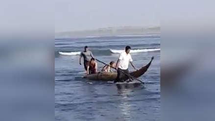Vídeo: Policía uniformado se mete al mar para rescatar a una pareja en un caballito de totora