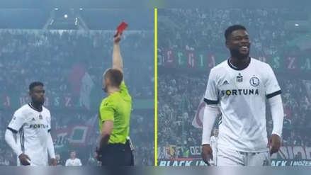 Jugador fue expulsado, el VAR lo trae de nuevo al campo y recibe otra vez la roja
