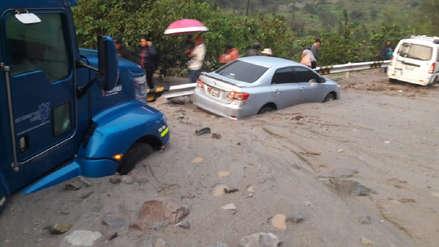 Vehículos quedaron atascados por deslizamiento de lodo y piedras en la Carretera Central