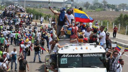Venezolanos se unen para hacer corredor humanitario para permitir el ingreso de camiones con ayuda [FOTOS]