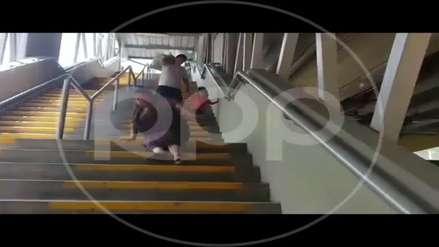 Metro de Lima: mujer que usa silla de ruedas tuvo que bajar arrastrándose por escaleras de estación