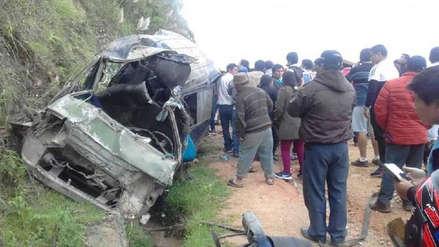 Cinco muertos y 13 heridos tras caída de combi a abismo de 100 metros en Cajamarca