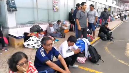 Decenas de personas durmieron en el Terminal Yerbateros tras cierre de la Carretera Central
