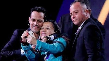 Viña del Mar 2019: Marc Anthony se tomó un 'selfie' con fanática que subió al escenario
