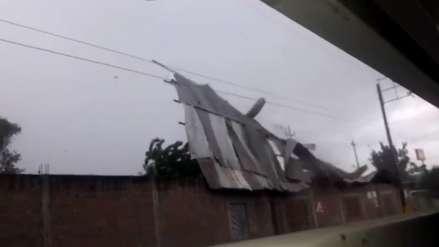 Piura: calaminas salen volando por fuertes vientos y lluvias en Sullana