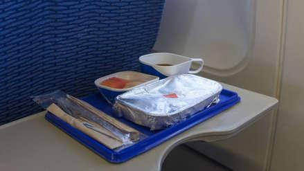 Pasajero de avión encontró un diente humano dentro de la comida que le sirvieron a bordo