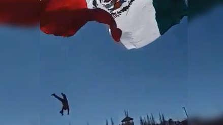 Soldado cae de siete metros de altura tras enredarse en gigantesca bandera de México