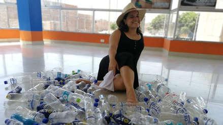 La profesora que recibe botellas de plástico como parte del pago por clases de marinera
