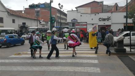 Policías visten trajes de carnaval cusqueño para impulsar campaña